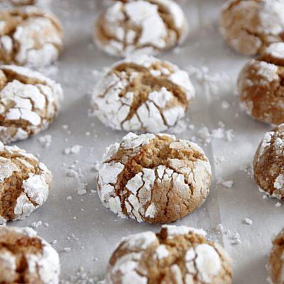 """עוגיות שקדים ומייפל מתפוצצות של נטלי לוין, מתוך ספר הבישול """"הכי טעים בבית"""". צילום: נטלי לוין"""