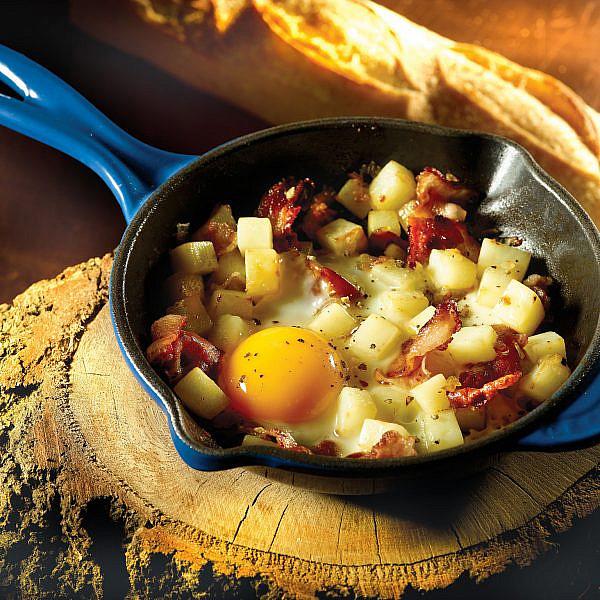 שקשוקה של תפוחי אדמה, בצל ובייקון של שיר הלפרן. צילום: רונן מנגן. סטייליג: רותם ניר