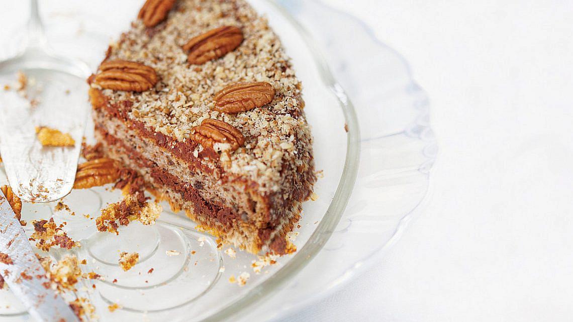 עוגת אגוזים ושוקולד מהונגריה של הדסה קו-אל. צילום: דניאל לילה. סטיילינג: עמית פרבר