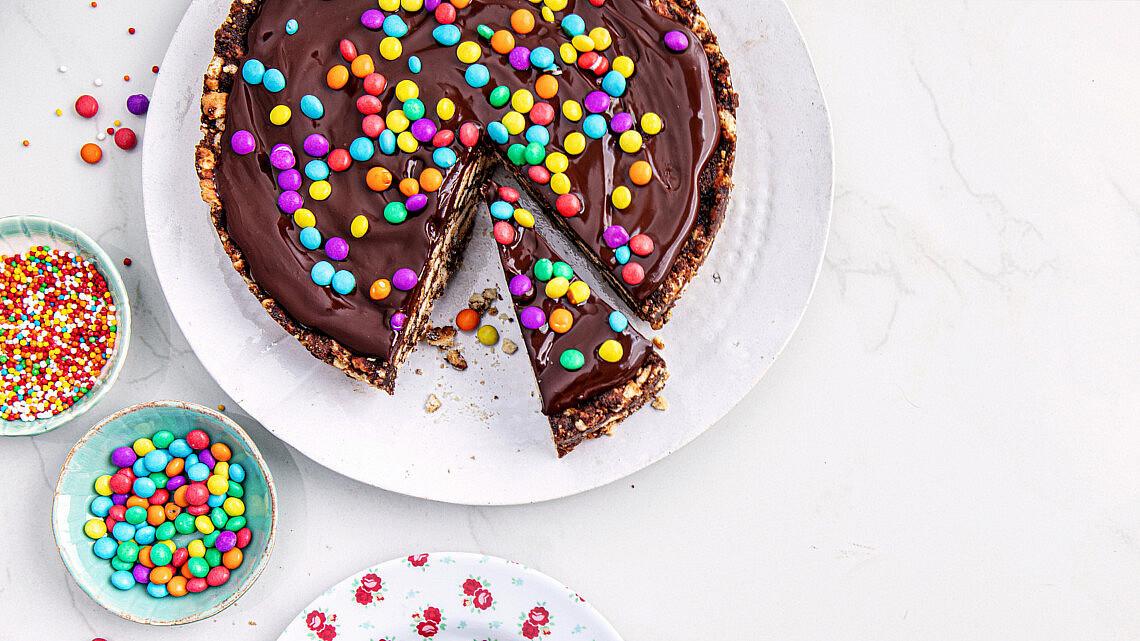 """עוגת כדורי שוקולד ללא אפייה של נטלי לוין, מתוך ספר הבישול """"הכי טעים בבית"""". צילום: טל סיון צפורין"""