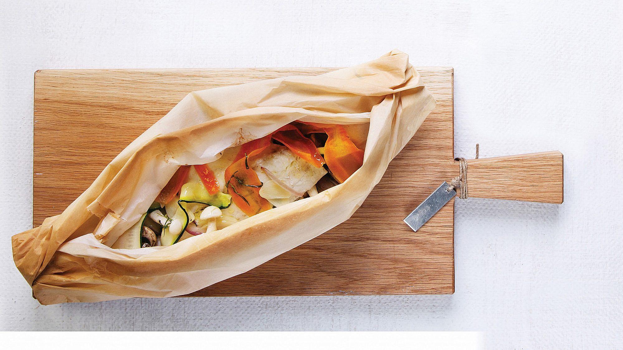 דניס במעטפת (פפיוט) עם ירקות שורש וורמוט של איל לביא. צילום: דניאל לילה. סטיילינג: עמית פרבר