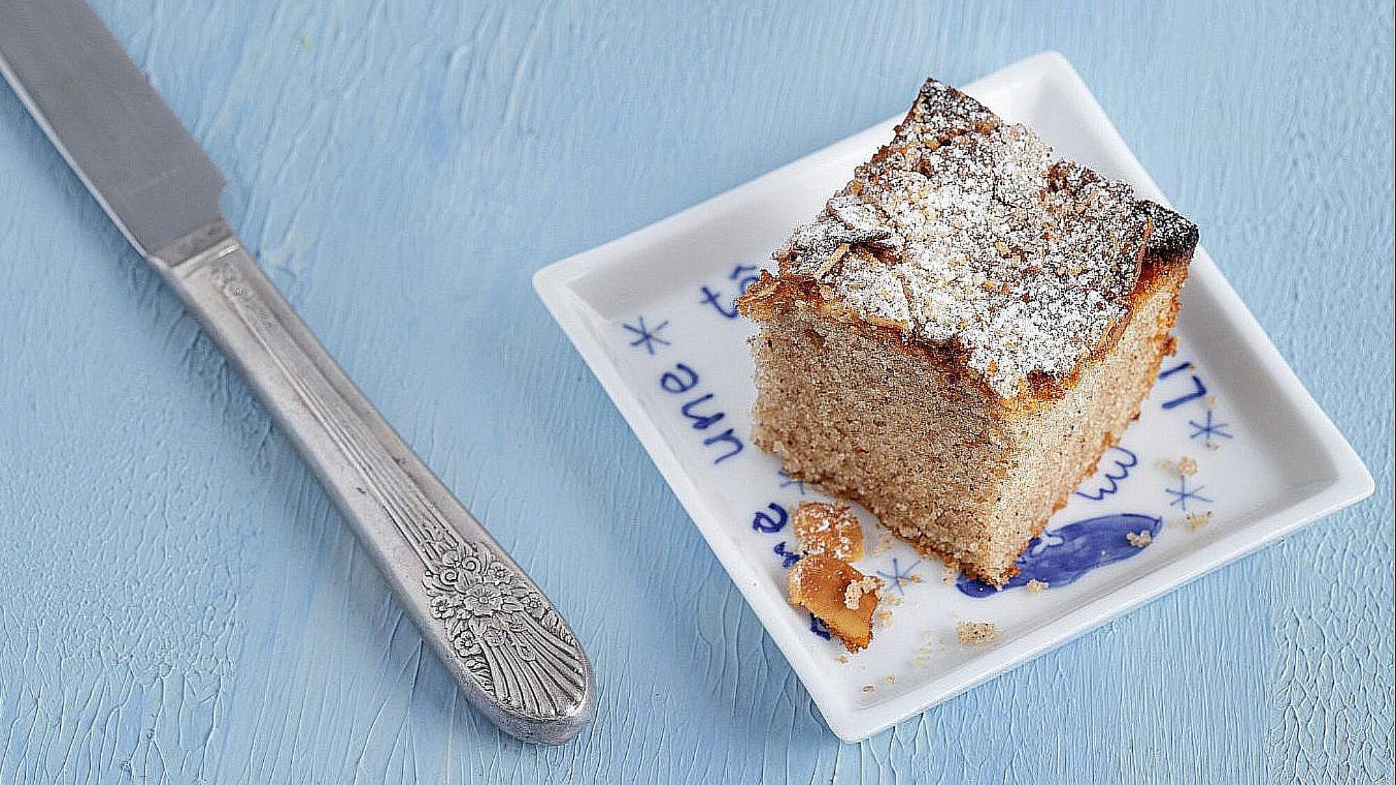 """עוגת אפרת - עוגת שקדים, מייפל וקינמון של נטלי לוין, מתוך ספר הבישול """"הכי טעים בבית"""". צילום: טל סיון צפורין"""