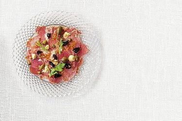 לשון כבושה עם צלפים, חרדל וזרעי עגבניות של קובי בנדלק ועופר אלמליח. צילום: דן לב. סטיילינג: אוריה גבע