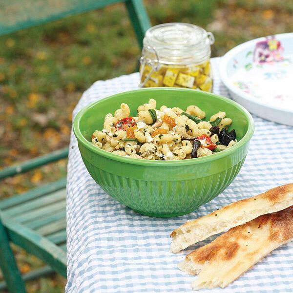סלט פסטה עם פסטו, חצילים קלויים ועגבניות מיובשות. צילום: דניה ויינר. סטיילינג: אוריה גבע