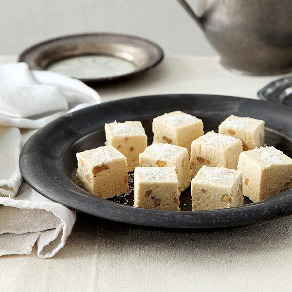 פאדג' קוקוס ושוקולד לבן של רות אוליבר. צילום: דניה ויינר. סטיילינג: דיאנה לינדר