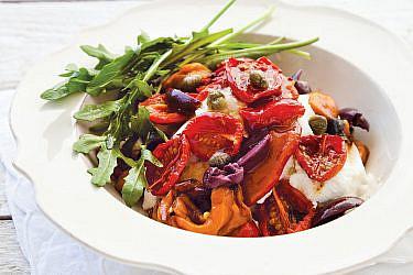 סלט עגבניות לחות עם פלפלים, זיתים וריקוטה של עופרי זוטא | צילום: דניאל לילה | סגנון: אוריה גבע