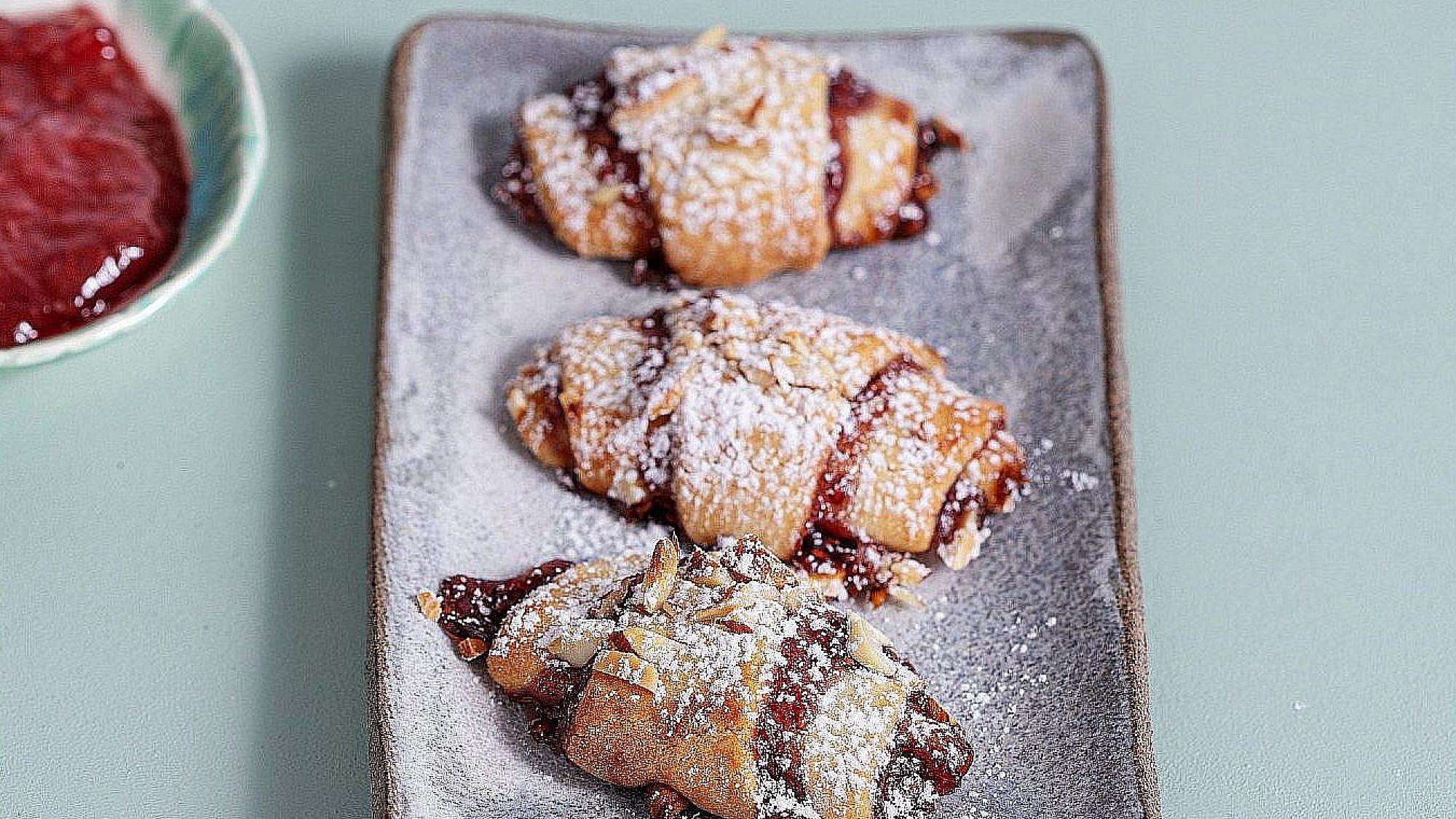 """רוגלעך במילוי ריבה ושקדים של נטלי לוין, מתוך ספר הבישול """"הכי טעים בבית"""". צילום: טל סיון צפורין"""