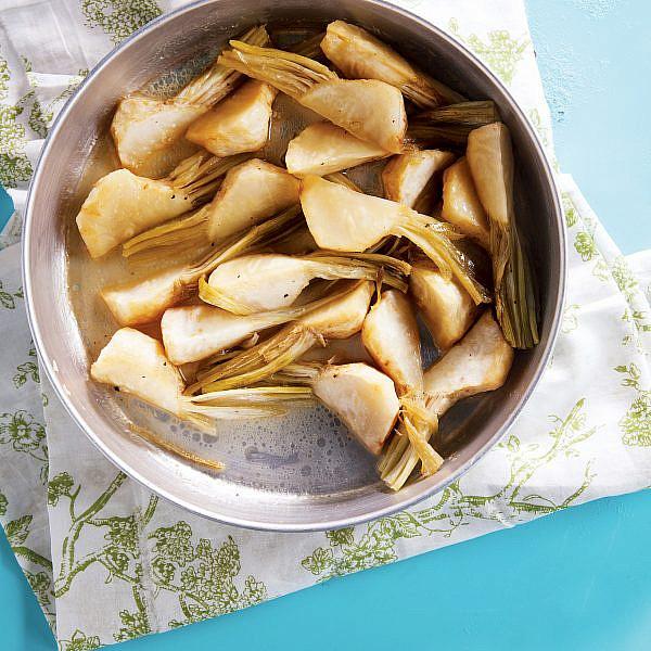 שורשי סלרי אפויים עם חמאה, לימון ודבש של אורלי פלאי-ברונשטיין | צילום: דניאל לילה | סגנון: אוריה גבע