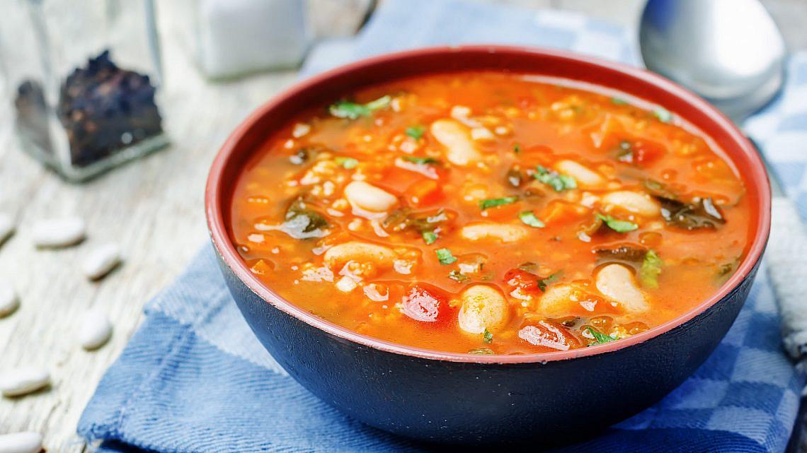 מרק עגבניות, שעועית ותרד. צילום: shutterstock