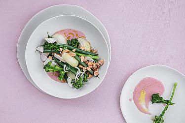 ירקות חלוטים בחמאה וחומץ פטל של דניאל קיציס ואידית פדידה. צילום: טל סיון ציפורן. סטיילינג: דיאנה לינדר