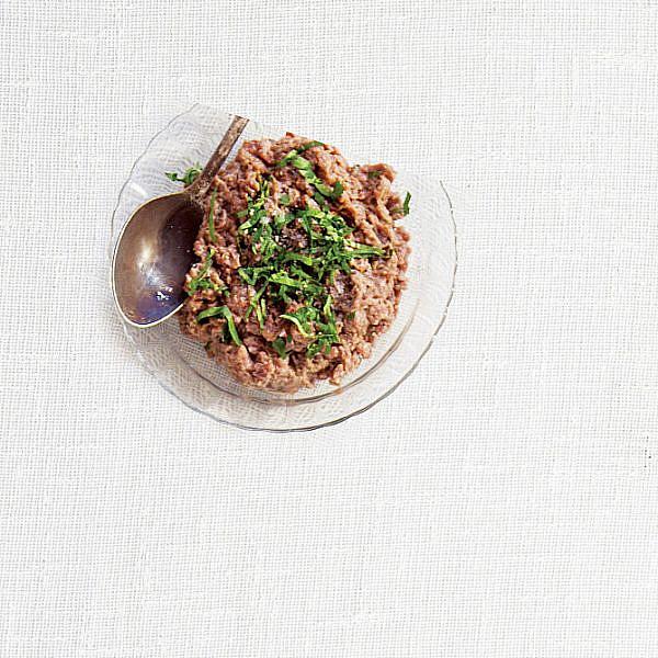 טרטר עגל עם טחינה, זיתים וזרעי עגבניות של קובי בנדלק ועופר אלמליח. צילום: דן לב. סטיילינג: אוריה גבע