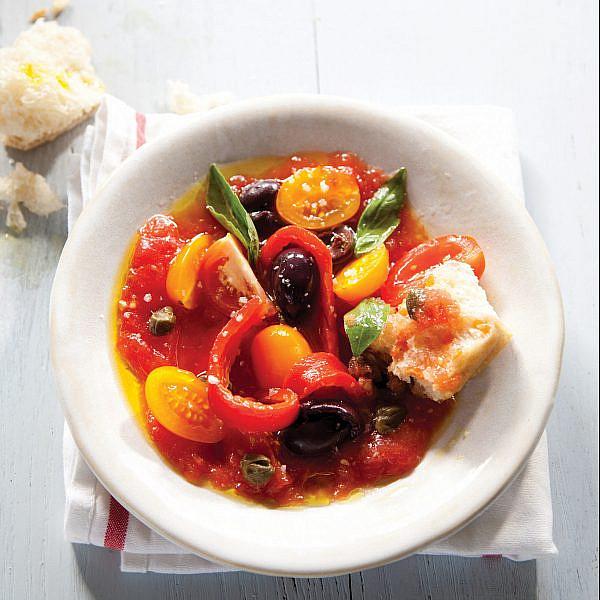 סלט פלפלים ועגבניות ים תיכוני. צילום: דן לב | סגנון: אוריה גבע