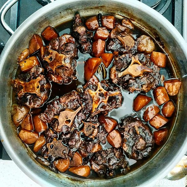 תבשיל זנב שור, תפוחי אדמה וארטישוק ירושלמי של תומר טל. צילום: תומר טל