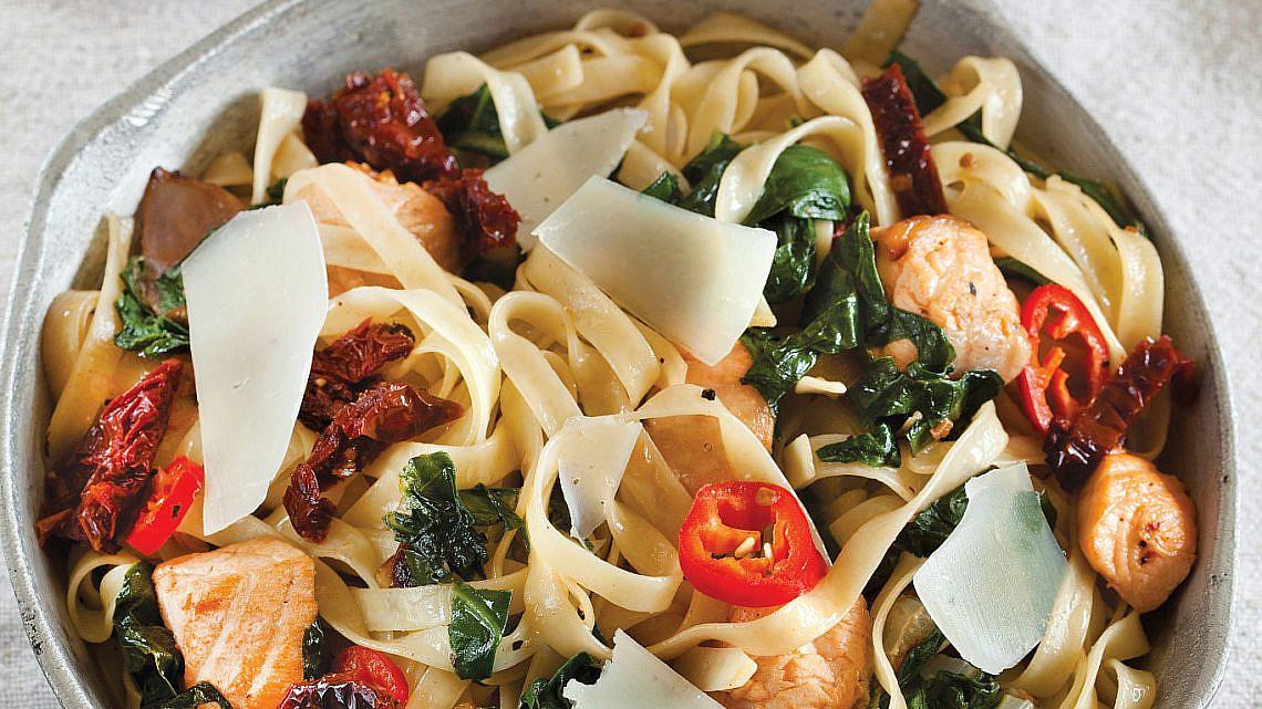 פטוצ'יני עם סלמון, מנגולד ועגבניות מיובשות של רות אוליבר. צילום: דניאל לילה. סטיילינג: דיאנה לינדר