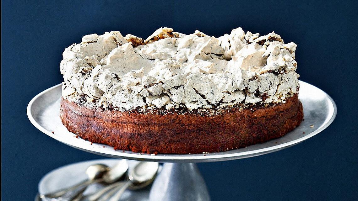 עוגת שוקולד עם מרנג אגוזי לוז של אולגה רובין. צילום: דן פרץ. סטיילינג: עמית פרבר