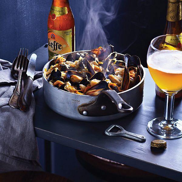 קדרת מולים בכרוב ובירה של קובי בנדלק ועופר אלמליח. צילום: דן פרץ. סטיילינג: עמית פרבר