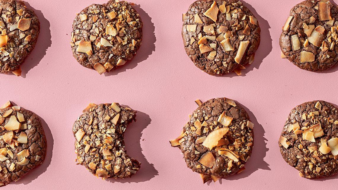 עוגיות פאדג' שוקולד וקוקוס של הילי גרינברג. צילום: אמיר מנחם. סטיילינג: גיא כהן