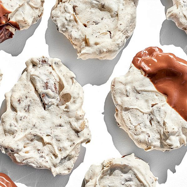 עוגיות מרנג צנוברים ושוקולד חלב של הילי גרינברג. צילום: אמיר מנחם. סטיילינג: גיא כהן