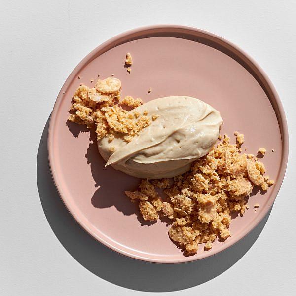 מוס חלבה טבעוני וקראמבל שקדים של הילי גרינברג. צילום: אמיר מנחם. סטיילינג: גיא כהן