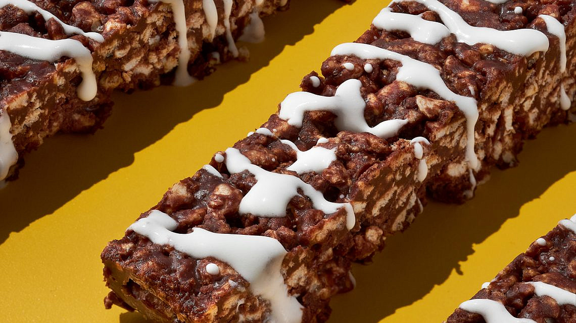 קראנץ' שוקולד חלב ומוס יוגורט של הילי גרינברג. צילום: אמיר מנחם. סטיילינג: גיא כהן