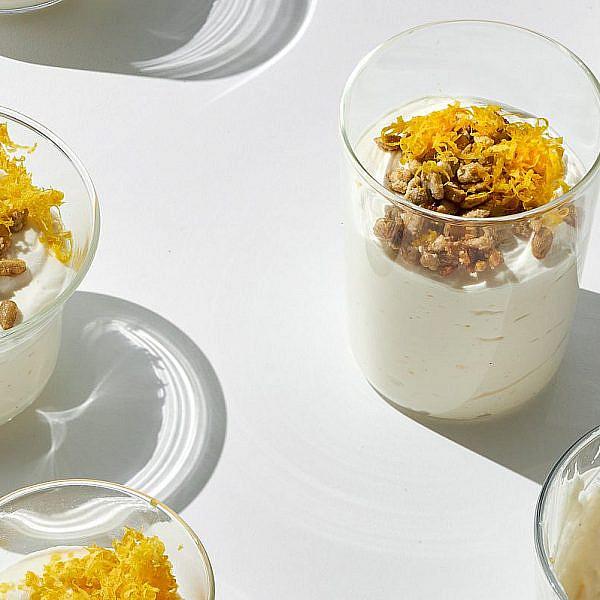 קרם עוגת גבינה וזרעי חמנייה מקורמלים של הילי גרינברג. צילום: אמיר מנחם. סטיילינג: גיא כהן