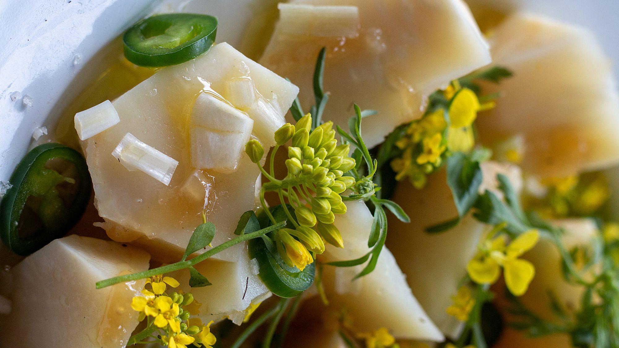 סלט שורש סלרי, שום ירוק ודבש של ארז קומרובסקי. צילום: מתן שופן