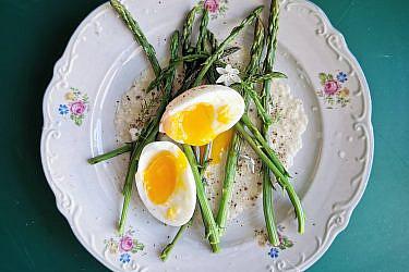 אספרגוס בר בגוורדיה בלנקו וביצה רכה. מתכון וצילום: דור ונגר