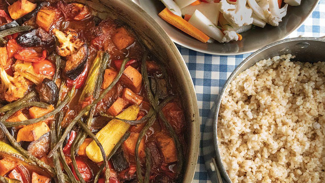 אורז מלא עם סיר ירקות חגיגה מתוך ספרה החדש של לייזה פאנלים, קל קל קל . צילום: גיא בהר וחגית ביליה