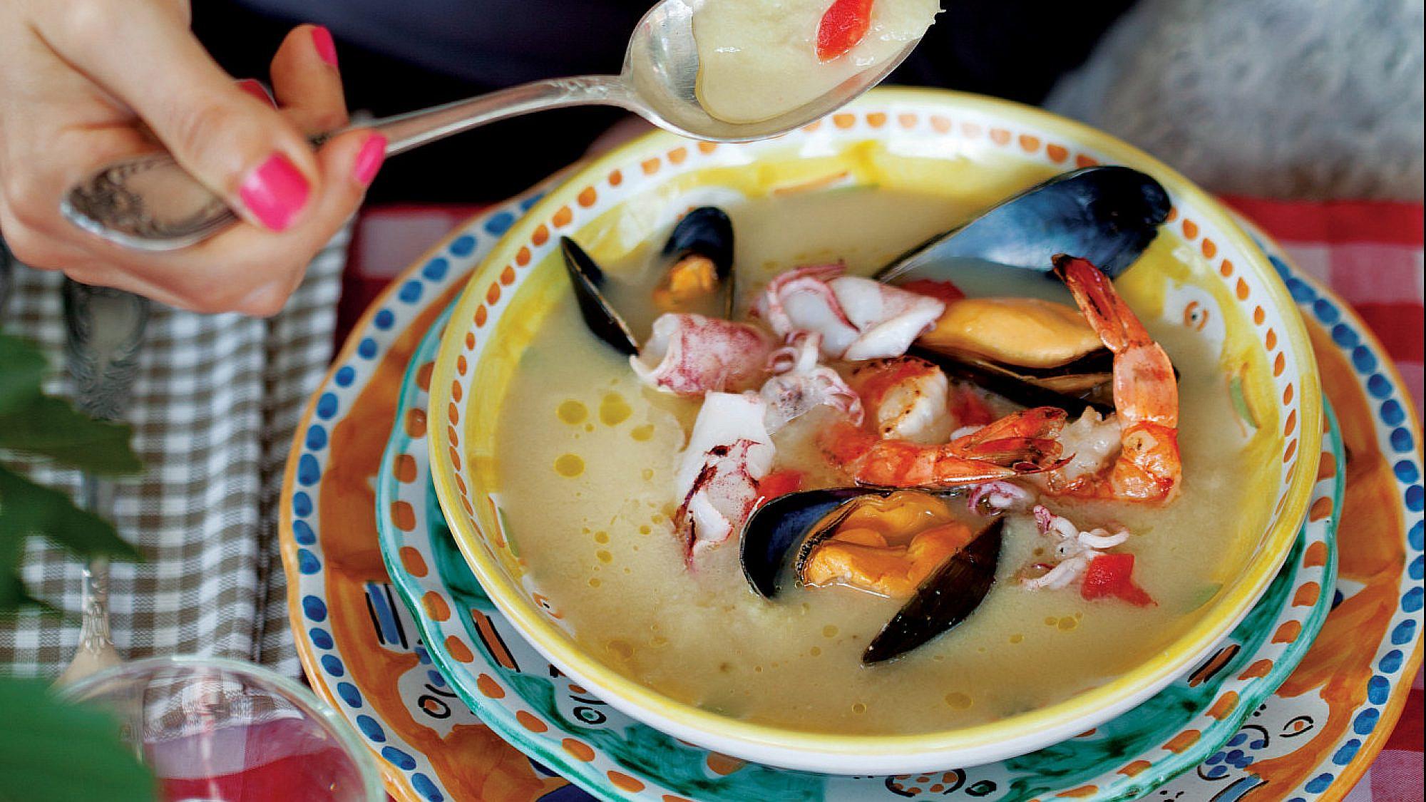 מרק שומר איטלקי עם פירות ים של רועי סופר. צילום: דניאל לילה. סטיילינג: עמית פרבר
