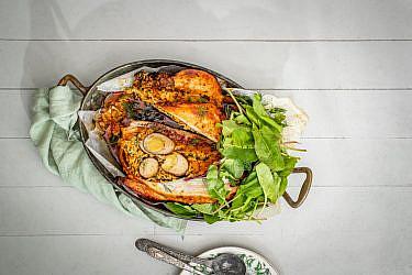 עוף שלם וביצים באריסה מתוקה של שף יונתן רושפלד. צילום: גיל אבירם. סטיילינג: דיאנה לינדר. כלים: h&m home