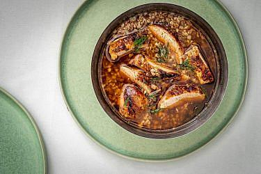 מרק כוסמת ברווז ושמיר של שף יונתן רושפלד. צילום: גיל אבירם. סטיילינג: דיאנה לינדר. כלים: h&m home