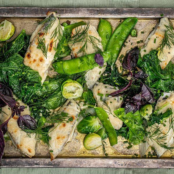 דג ברוטב סקורדליה ומגש ירקות של שף יונתן רושפלד. צילום: גיל אבירם. סטיילינג: דיאנה לינדר. כלים: h&m home