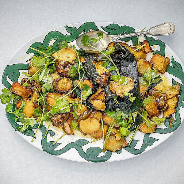 סלט ארטישוק ירושלמי של שף יונתן רושפלד. צילום: גיל אבירם. סטיילינג: דיאנה לינדר. כלים: h&m home