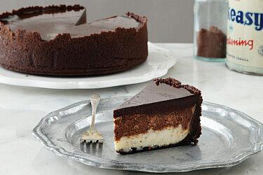 עוגת גבינה שוקולדית בשחור לבן של ענבל אהרון. צילום: דניה ויינר. סטיילינג: דיאנה לינדר
