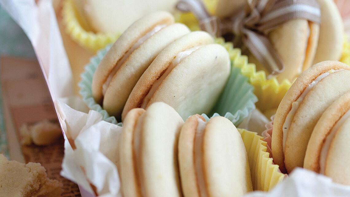 עוגיות לימון ושקדים במלית גבינת שמנת של חן שוקרון. צילם: דן לב. סטיילינג: דלית רוסו