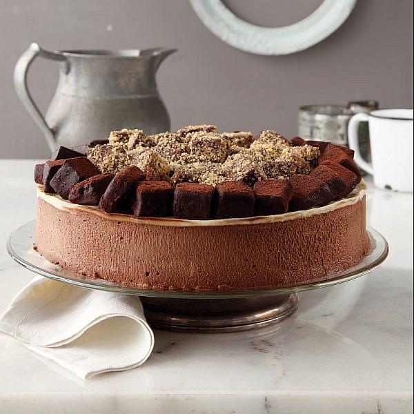 עוגת מוס שוקולד ונוגט עם קישוטי טראפלס של נטלי לוין. צילום: דניה ויינר. סטיילינג: דיאנה לינדר