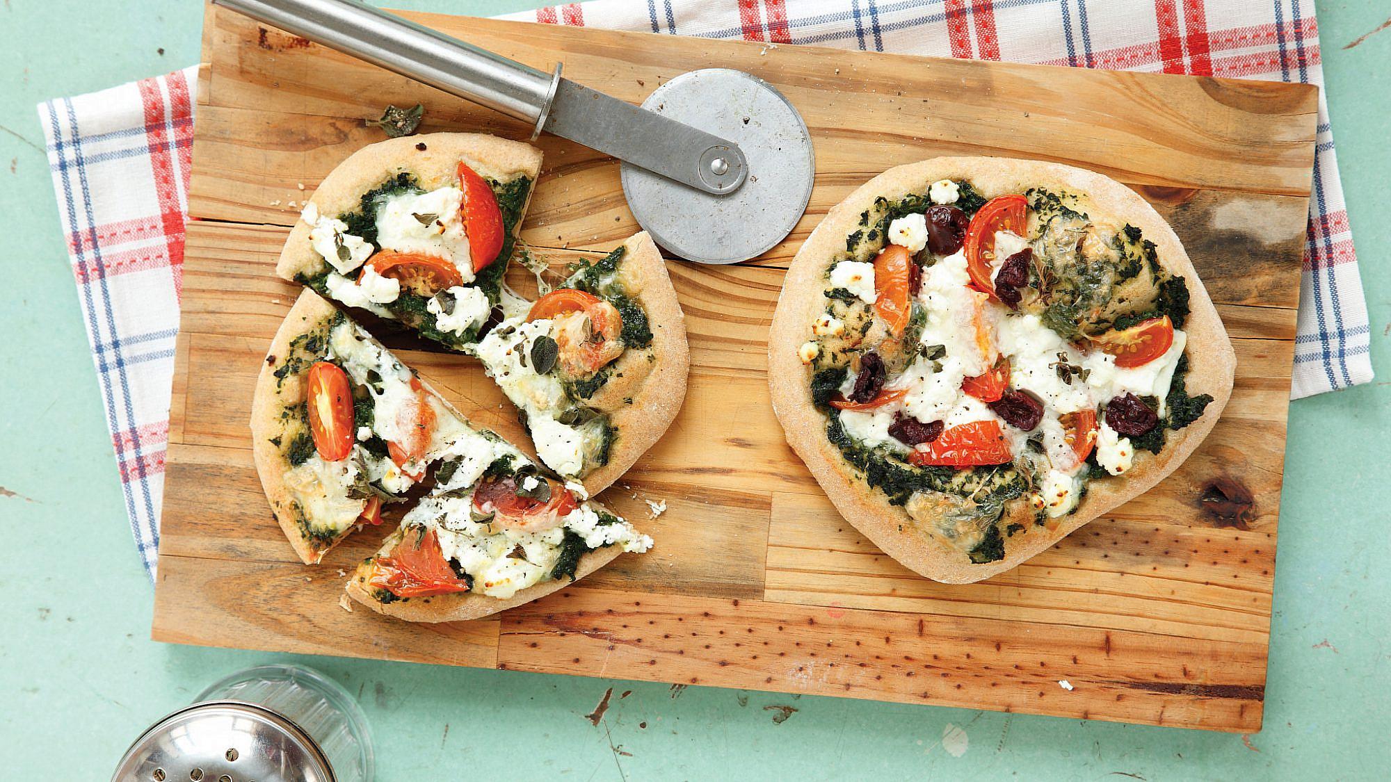 פיצה תרד עם גבינות, עגבנייה וזיתים של אוריה גבע. צילום: דניה ויינר