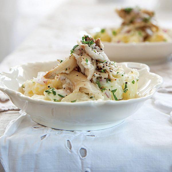סלט תפוחי אדמה עם קרפיון ואיולי לימון של אייל מרון. צילום: דן לב. סטיילינג: אוריה גבע