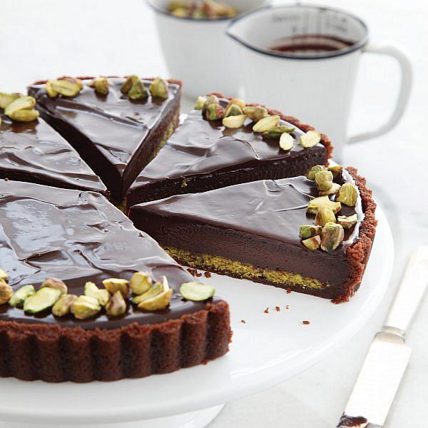 טארט שוקולד ופיסטוק של חן שוקרון. צילום: דניה ויינר. סטיילינג: דיאנה לינדר