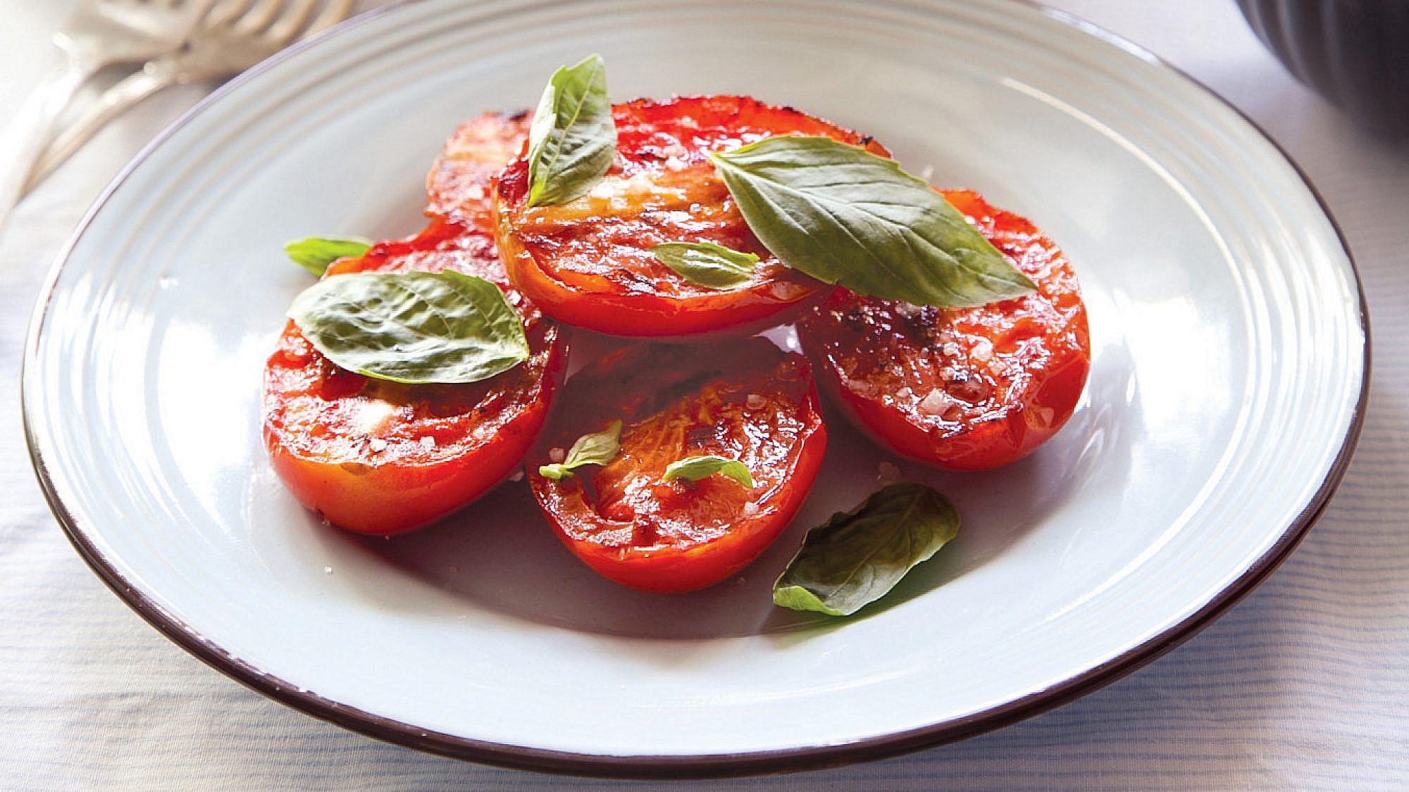 עגבניות צרובות בערק של מיכל מוזס. צילום: דן לב. סטיילינג: אוריה גבע
