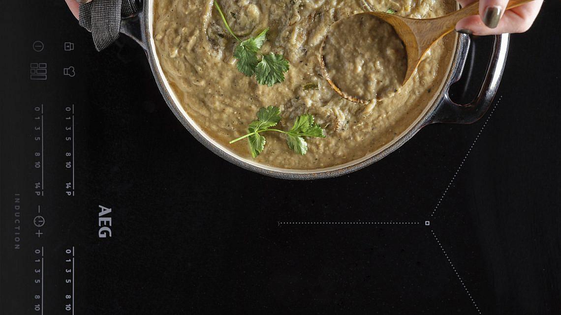 מרק חצילים שרופים, קוקוס ומיסו של אודי ברקן. צילום: אנטולי מיכאלו. סטיילינג: ענת לבל