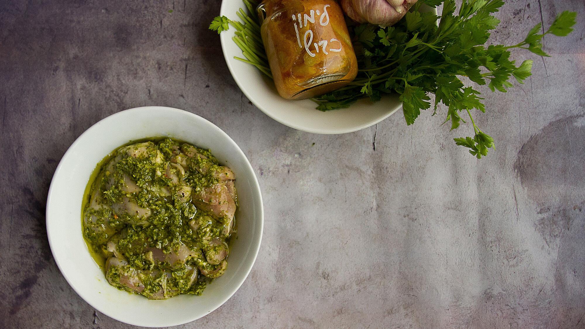 פרגיות במרינדת שום ירוק ולימון כבוש של אסף שנער, חוות צוק. צילום: מאיי תדהר