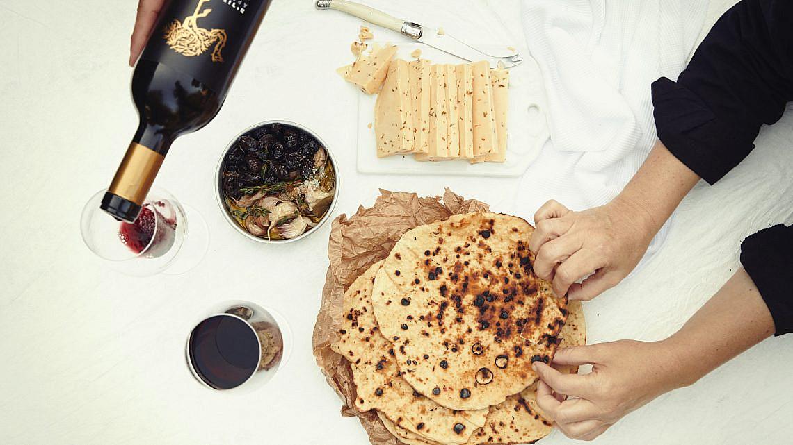 לחם יוגורמה שטוח של קינן בסל, המחלבה מבית יצחק. צילום: נועם פריסמן, סגנון: ענת לובל