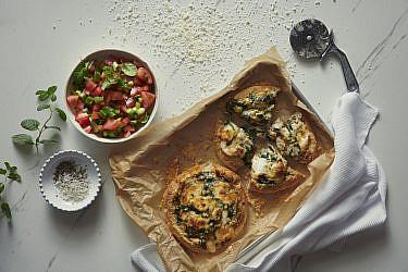 מאפה גבינת תום תרד וכרישה של קינן בסל, המחלבה מבית יצחק. צילום: נועם פריסמן, סגנון: ענת לובל