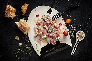 סשימי דג ים ומטבל יוגורט עיזים של קינן בסל, המחלבה מבית יצחק. צילום: נועם פריסמן, סגנון: ענת לובל