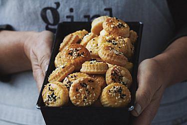 עוגיות מלוחות עם גבינת פרמזן, קצח ושומשום של בת חן דיאמנט,  המחלבה מבית יצחק. צילום: נעם פריסמן סטיילינג: ענת לובל