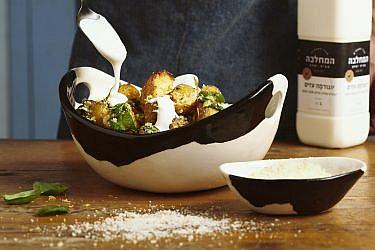 """תפו""""א עטופים פרמזן עם יוגורמה ועשבי תיבול של קינן בסל, המחלבה מבית יצחק. צילום: נועם פריסמן, סגנון: ענת לבל"""
