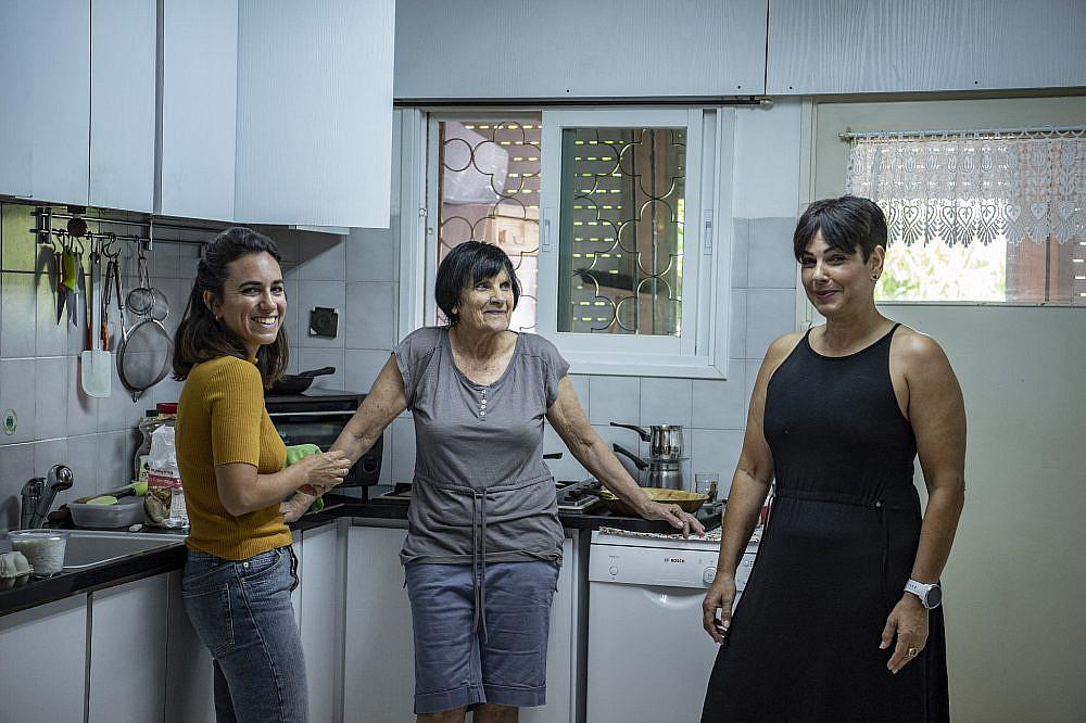 שימור מסורת באמצעות מאכלים עדה אשכנזי (במרכז), ביתה מירב טל ונכדתה דנה. צילום: גיל אליהו