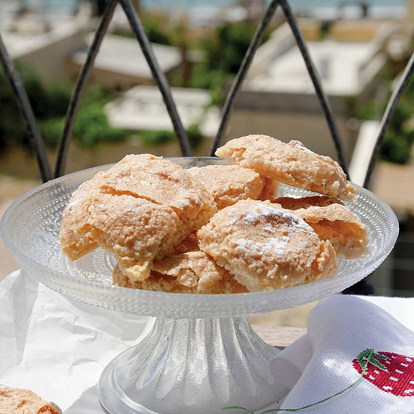 עוגיות אמרטי ממחוז אורסטאנו של מירי גולדנפלד. צילום: אילן נחום. סטיילינג: טליה אסיף
