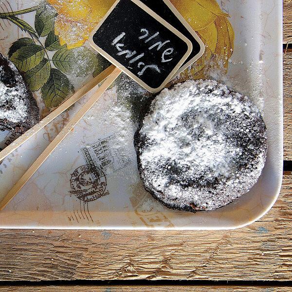 עוגת שוקולד ושזיפים של מירי גולדנפלד. צילום: אילן נחום. סטיילינג: טליה אסיף